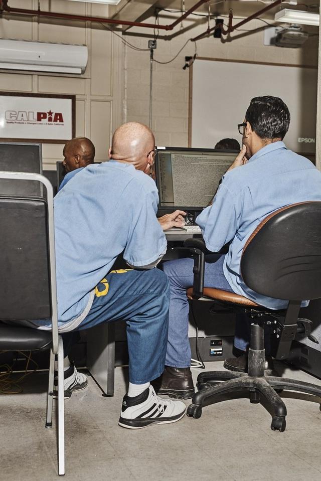 Hợp tác với trường dạy code Hack Reactor, Redlitz đã thành lập một vườn ươm công nghệ bên trong nhà tù với tên gọi Code.7370.