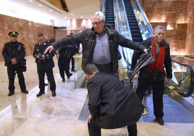 Mật vụ kiểm tra an ninh bên trong tháp Trump. Ảnh: NBC News