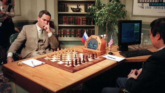 Quang cảnh trận đấu giữa Kasparov với Deep Blue.