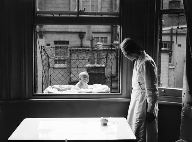 Lồng cho cho trẻ em gắn ngay cạnh cửa sổ