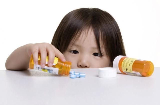 Cha mẹ nên cất tất cả các loại thuốc bệnh trong gia đình lên cao, trong tủ thuốc chẳng hạn.