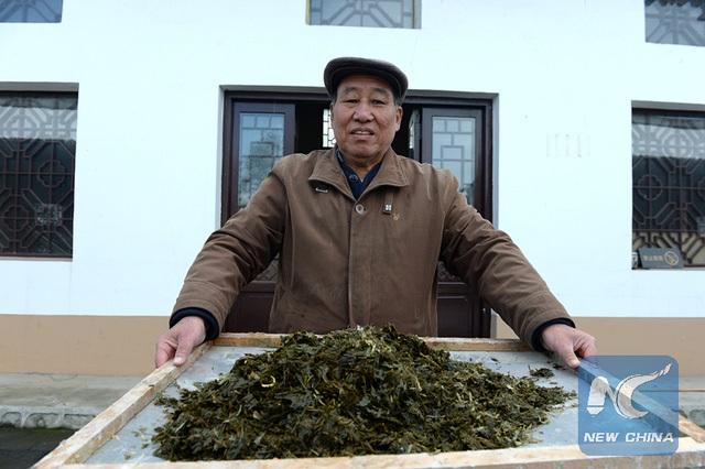 Ông Liu đã dùng tất cả tiền tiết kiệm của mình để đầu tư vào làm giấy. Ông đang điều hành một xưởng đào tạo làm giấy thân thiện với môi trường. Mỗi ngày, xưởng của ông đón tiếp rất nhiều học sinh và du khách đến tham quan và tìm hiểu.
