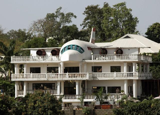 Căn biệt thự tại Abuja, Nigeria này lại được lấy cảm hứng từ một chiếc máy bay do những người thiết kế quá mê đi du lịch.