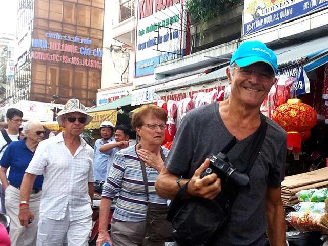 Khách du lịch quốc tế tham quan chợ Bình Tây, TP.HCM. Ảnh: HTD