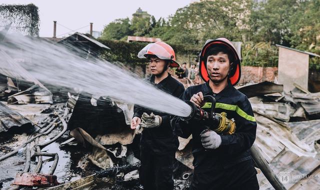 Địa điểm xảy ra cháy lán trại ở Tân Mai nằm sâu trong một con ngõ nhỏ, khu nhà này lại toàn những vật liệu dễ bén lửa, vậy nên việc dập tắt ngọn lửa là vô cùng khó khăn.