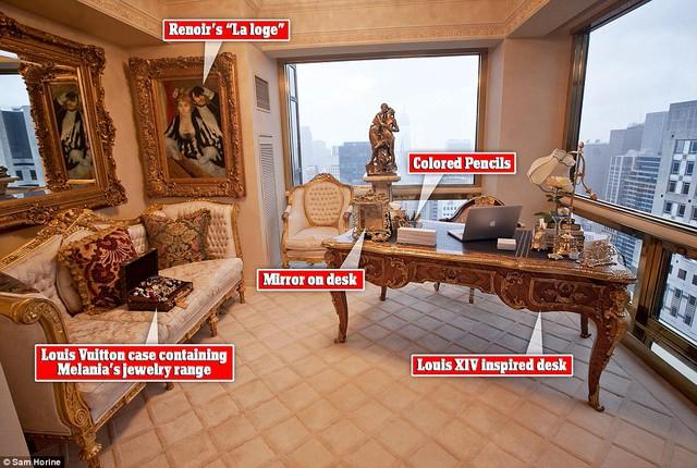 Phòng làm việc của người vợ Melania, có thể thấy trên ghế là một hộp lớn đựng trang sức của bà, chỉ riêng chiếc hộp đựng này đã có giá gần 10.000 USD.