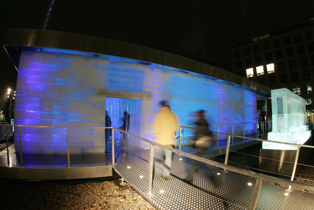 Tại Berlin, Đức, người ta dùng băng để xây dựng căn nhà tạm như trên cho khách du lịch thưởng lãm.