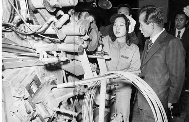 Park Chung-hee đến thăm một nhà máy vào năm 1965.