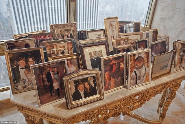 Một chiếc bàn mạ vàng được sử dụng để lưu trữ ảnh của Donald Trump, người vợ Melania cũng như con trai út Barron.