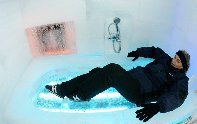 1.000 khối băng đã được sử dụng để xây nên căn nhà này, từ bồn tắm cho tới đồ trang trí đều được tạc từ băng. Chỉ sau vài ngày xuất hiện, căn nhà này đã nhanh chóng tan chảy.