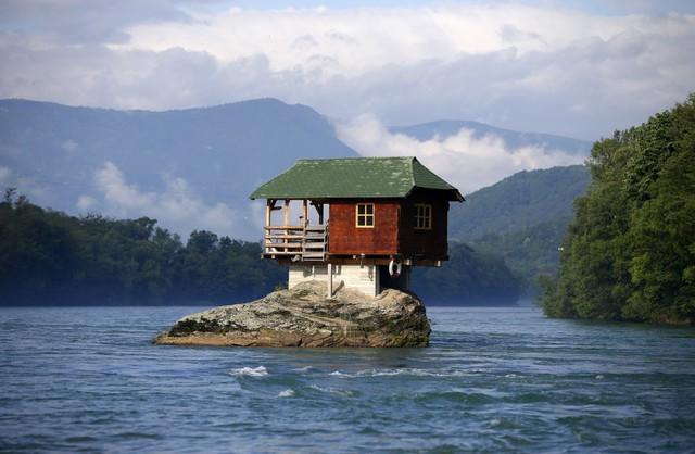 Thiết kế không có gì bất ngờ, thế nhưng căn nhà phía trên được xây dựng trên một phiến đá lớn ở sông Drina, gần thành phố Bajina Basta, Serbia. Mục đích ban đầu của nó là nơi nghỉ chân cho một nhóm thợ mộc, nó được hoàn thành năm 1986.