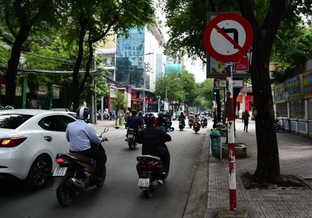 Biển cấm rẽ trái trên đường Võ Văn Tần, Q.3, TP HCM. Biển cấm như thế này chỉ có tác dụng cấm quẹo trái - Ảnh: HỮU THUẬN