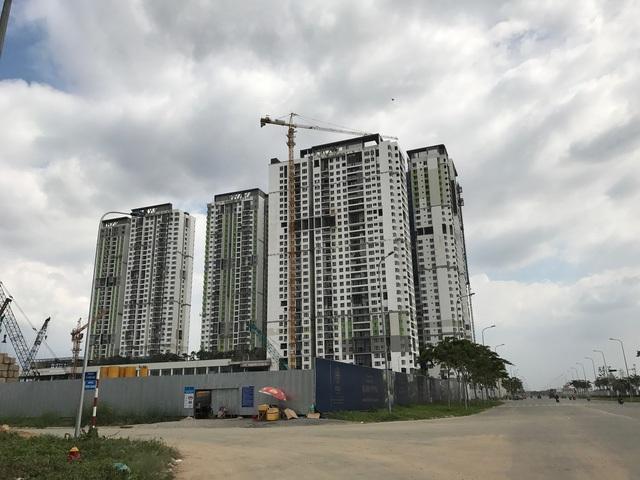 Dự án chung cư cao cấp của Capitaland nằm cách UBND quận 2 chỉ vài trăm mét. Đối diện toà nhà cao tầng đang hoàn thiện là khu đất đang được thi công nhiều block chung cư cao tầng