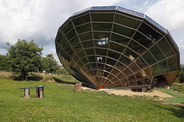 Được xây dựng tại khu vực Alsacian, Pháp, căn nhà có hình viên kim cương này được bao bọc bên ngoài bởi phim năng lượng mặt trời. Nó có thể đón nắng mặt trời từ nhiều hướng khác nhau, tạo ra năng lượng phục vụ một số hoạt động trong nhà.