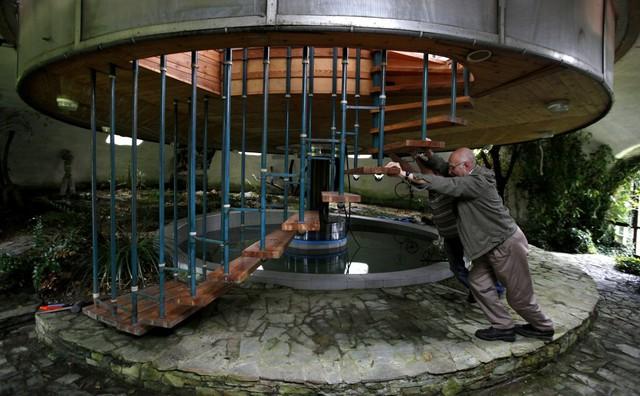 Được xây dựng bởi một công nhân 73 tuổi, Bohumil Lhota, căn nhà này có thể xoay để tăng hoặc giảm chiều cao. Ông làm điều này để xoay căn nhà, cửa sổ tới nơi mà ông muốn ngắm nó.