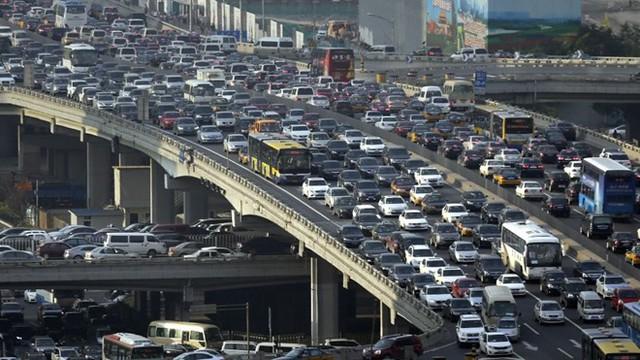 Dòng xe tại Bắc Kinh trong giờ cao điểm. Ảnh: Reuters