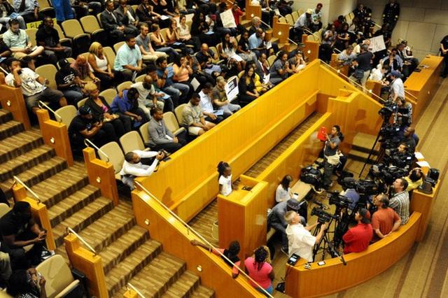 Cả hội trường xúc động, đứng dậy vỗ tay sau bài phát biểu của cô bé Zianna.