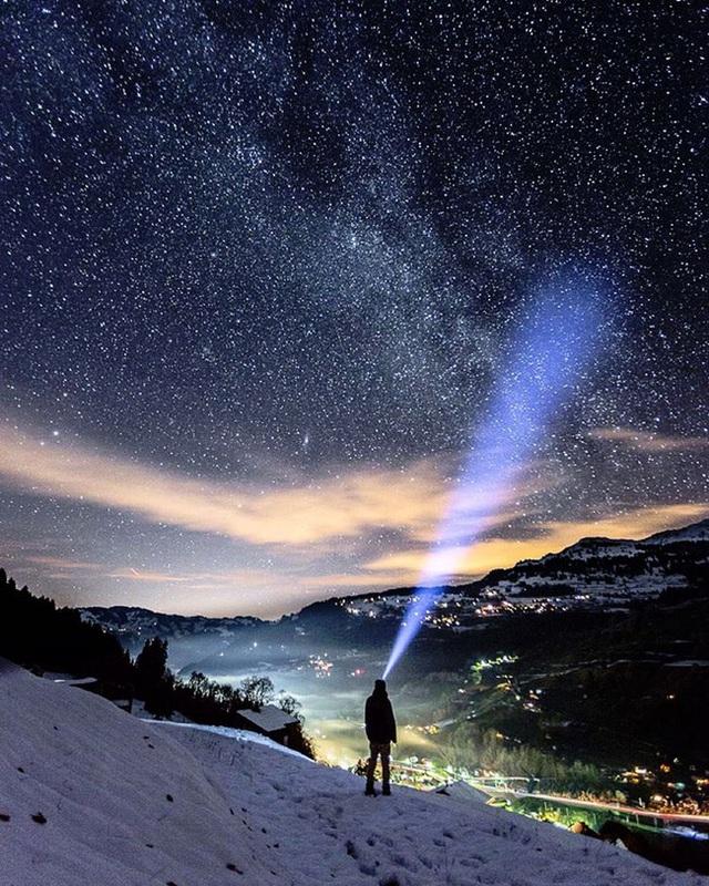 Để thỏa mãn đam mê của mình, anh không ngại leo lên núi đá tuyết hay lênh đênh giữa dòng sông băng.