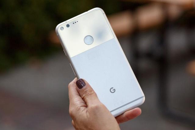 Sau khi bán Motorola cho Lenovo, Google cũng không còn nguồn lực để tự sản xuất điện thoại. Pixel và Pixel XL là sự hợp tác với HTC