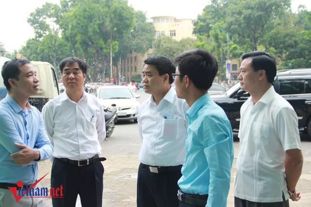 Chủ tịch UBND TP Hà Nội Nguyễn Đức Chung trao đổi với đại diện chủ đầu tư về mẫu nhà vệ sinh mới