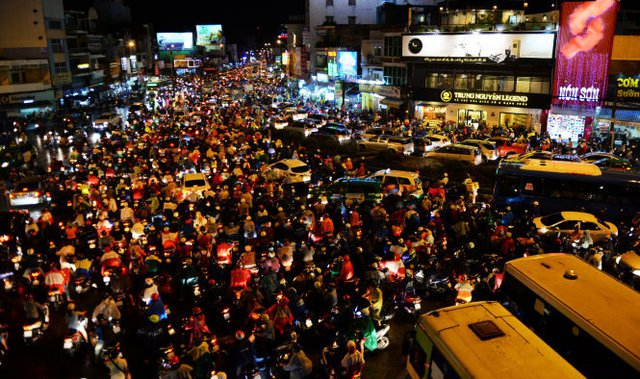 Giao lộ ngã tư Hàng Xanh (TP.HCM) đông kín người di chuyển chiều tối 26-8 - Ảnh: Hữu Khoa