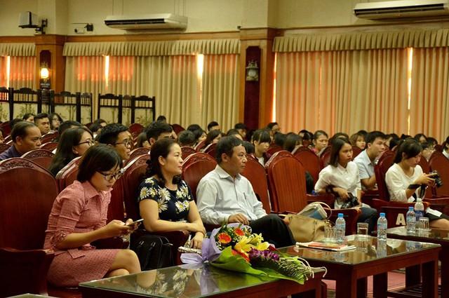 Đông đảo các bạn sinh viên và các thấy cô giáo trường Đại học KHXH&NV đã đến gặp gỡ, trò chuyện, giao lưu cùng Tiến sĩ Đoàn Hương.