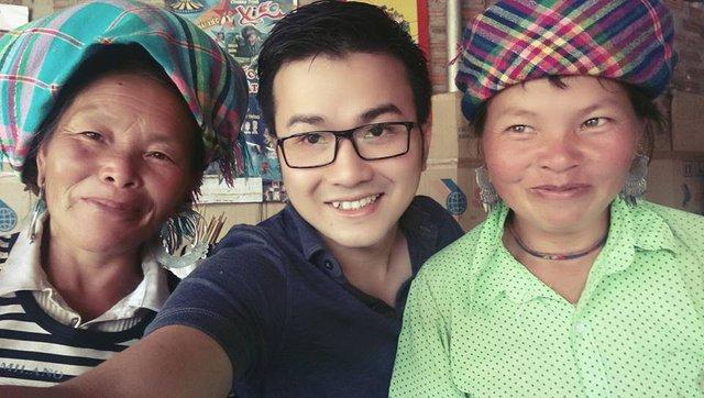 Trần Xuân Bách trong một lần thăm các hộ gia đình vùng núi ở Yên Bái trong chương trình can thiêp nâng cao sức khỏe sinh sản ở miền núi