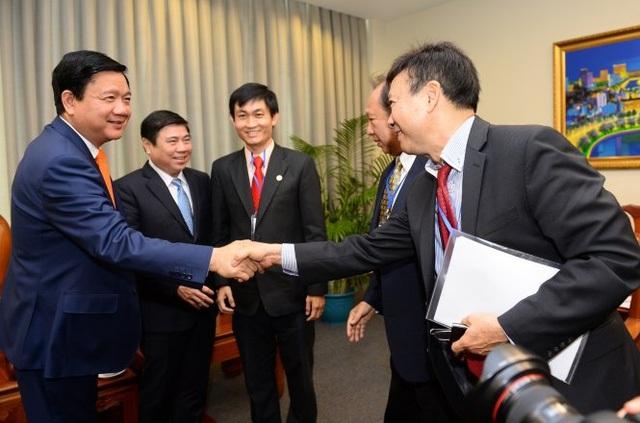 Bí thư Thành ủy TP.HCM Đinh La Thăng gặp gỡ riêng từng nhóm kiều bào, lắng nghe sáng kiến, góp ý cho thành phố - Ảnh: THUẬN THẮNG