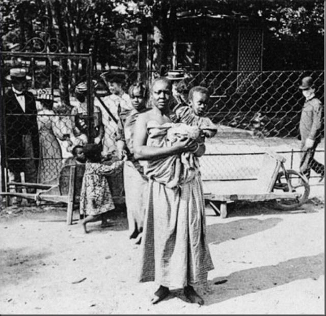 Người mẹ và cậu bé tại sự kiện ngôi làng da đen diễn ra tại Đức, thu hút hàng trăm ngàn người tới xem.