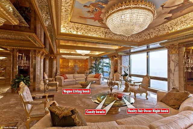 Trên bàn là 2 chiếc bát đựng kẹo được mạ vàng trong khi đó trần nhà lại là một tác phẩm nghệ thuật khác cùng chùm đèn sang trọng.
