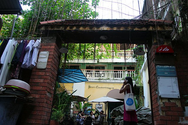 Ngay từ cổng vào, rạp chiếu phim Hanoi Cinematheque ấn tượng với nét cổ kính, trầm mặc