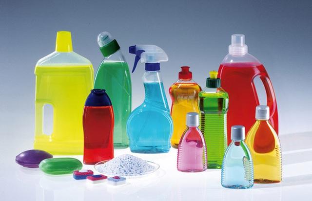 Tốt nhất là cha mẹ nên khóa cửa tủ lại để tránh trường hợp trẻ mở tủ và nghịch những hóa chất độc hại này.