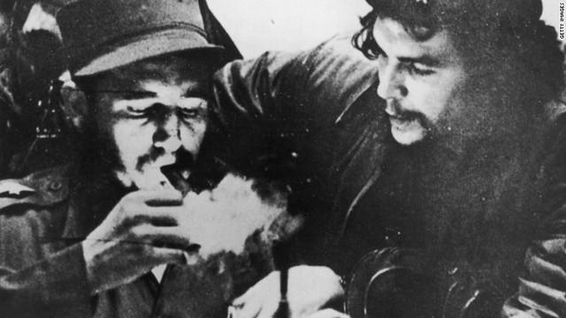 Ông Fidel hút xì gà bên cạnh người anh hùng cách mạng nổi tiếng khác là Che Guevara trong những ngày chiến đấu du kích Sierra Maestra, Cuba. Ảnh: CNN.