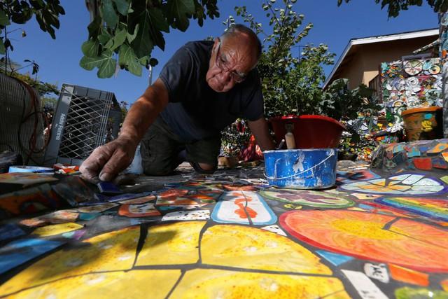 Căn nhà độc đáo tại California này lại được xây dựng bởi 2 nghệ sĩ Gonzalo Duran và Cheri Pann, vật liệu tạo nên căn nhà là những mảnh gốm vỡ cùng màu sắc sặc sỡ.