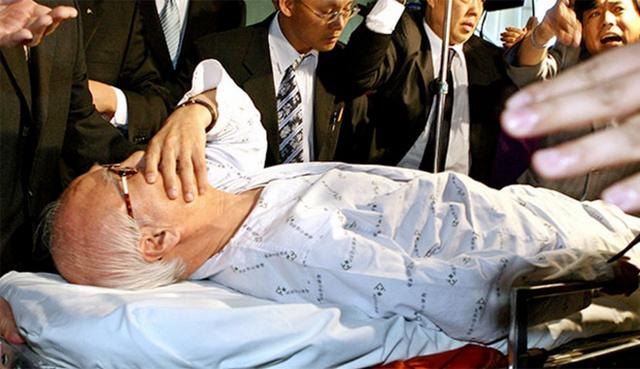 Chủ tịch Daewoo Kim Woo-choong quay trở về Hàn Quốc nhận án sau 6 năm lẩn tránh tại Bắc Hàn.