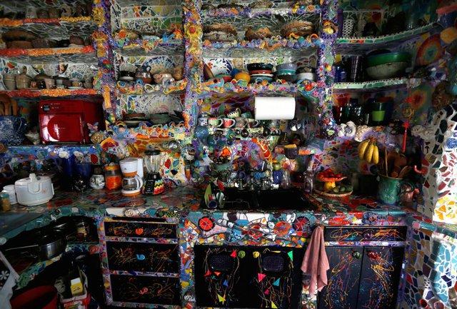Toàn bộ tường cùng đồ nội thất được làm bằng tay, ghép lại từ những mảnh gốm vỡ. Bên trong căn phòng tràn ngập màu sắc và có tới hàng chục nghìn miếng ghép khác nhau.