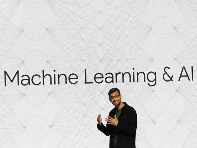 CEO Google Sundar Pichai trên sân khấu sự kiện đêm qua