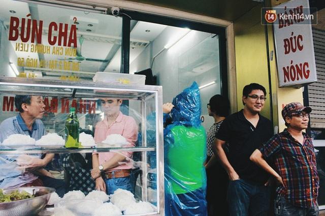 Quán bún chả Hương Liên có khá đông khách đến thưởng thức.