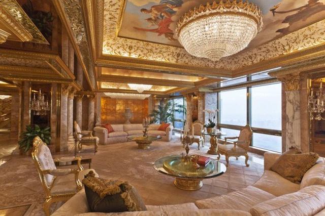 Căn penthouse này có cửa được dát vàng và kim cương, đài phun nước trong nhà, trần vẽ tay và đèn chùm được trang trí công phu.