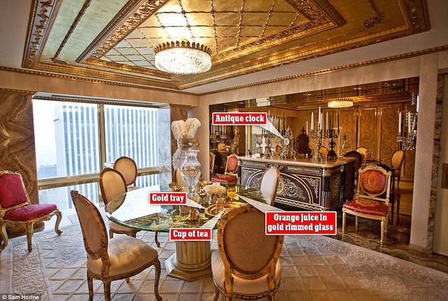 Bên trong khu vực phòng ăn, với việc sử dụng nội thất tương đồng, mạ vàng mọi chỗ có thể, rất khó phân biệt được các phòng trong căn penthouse của Donald Trump.