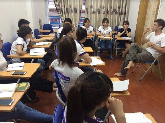Tình nguyện viên Lucas trong một lớp học tiếng Anh. Ảnh: NVCC