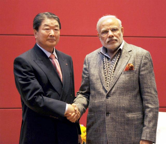 Phó chủ tịch LG Electronic, em trai của Koo Bon-Moo, Koo Bon-Joo trong một cuộc hội đàm với thủ tướng Ấn Độ Modi.