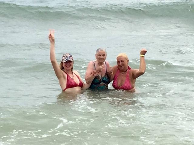 Ở tuổi 89, cụ Lena vẫn hăng hái tham gia mọi trải nghiệm trong chuyến du lịch như những người trẻ khỏe hơn mình.