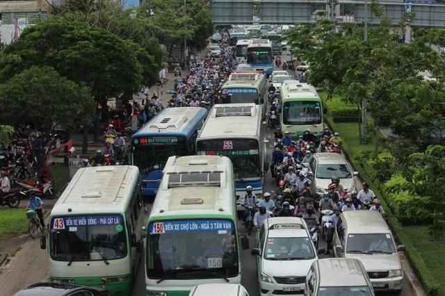 Hàng trăm phương tiện bị kẹt cứng tại đường Điện Biên Phủ - Ảnh: LÊ PHAN