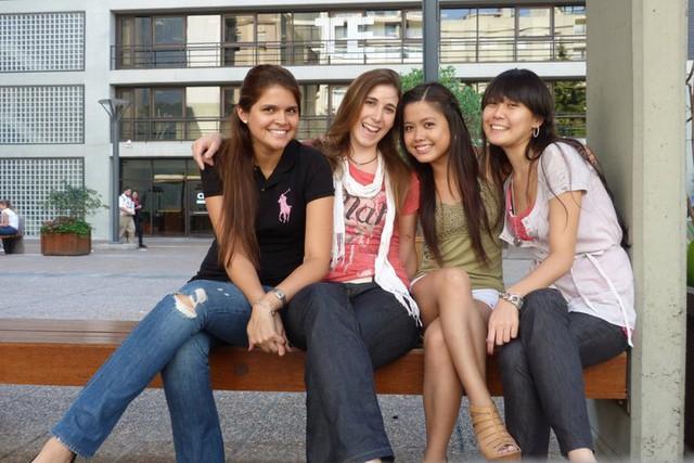 Hương và các bạn cùng lớp tại Trường Đại học Thương mại Argentina. Ảnh: NVCC