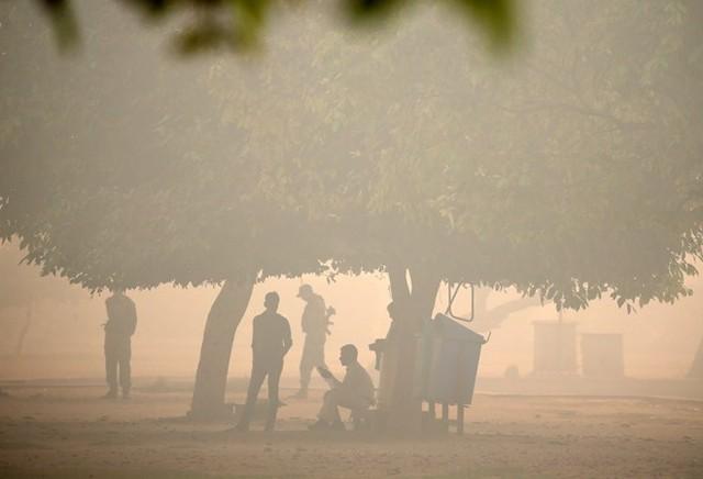 Tình trạng ô nhiễm là sự kết hợp của khói đốt sau vụ mùa ở các vùng ven thủ đô kết hợp với khói pháo hoa trong thời gian lễ hội Diwali của đạo Hindu, bên cạnh đó còn có bụi và khí thải xe cộ.
