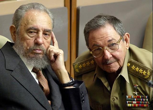 Ông Fidel và em trai Raul Castro tại Quốc hội Cuba năm 2004. Ảnh: AP.