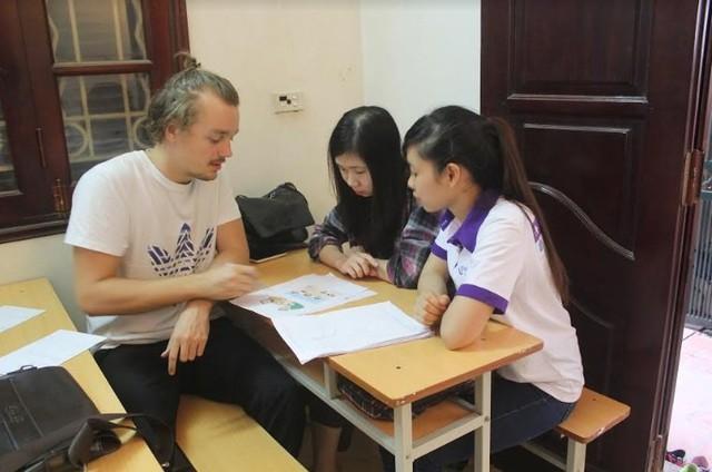 Tình nguyện viên Joe đến từ Đan Mạch trong một lớp học tiếng Anh. Ảnh: NVCC