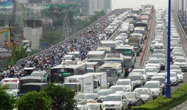 Dòng xe kẹt cứng trên cầu Sài Gòn - Ảnh: LÊ PHAN