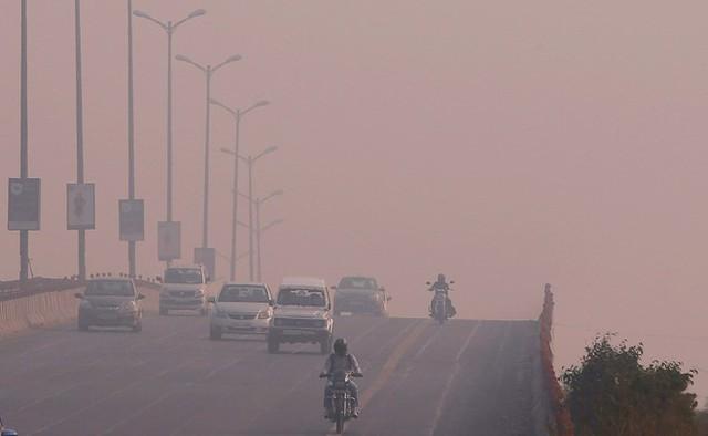Chỉ số bụi mịn trong không khí (PM2.5) trung bình giờ đo được tại nhiều khu vực khác nhau ở thành phố đã lên đến mức 900, gấp 36 lần giới hạn an toàn theo khuyến cáo của Tổ chức Y tế Thế giới (WHO).